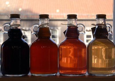 saftflaskor i olika färger