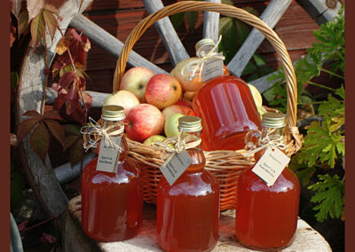 Äpplen i korg och äppelmust i flaska från Björgården.