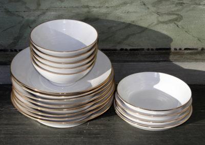 Ulrika Ström vita keramiktallrikar med guldkant